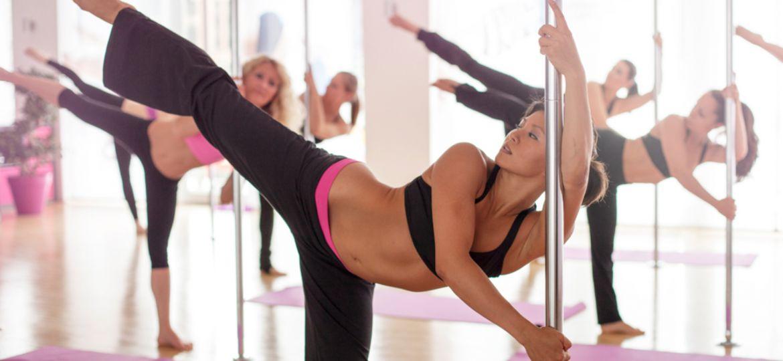 Frauen beim Pole Fitness Workout Training in Düsseldorf NRW