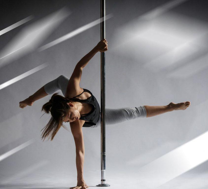 Frau tanzt eine lyrische Poledance Choreografie