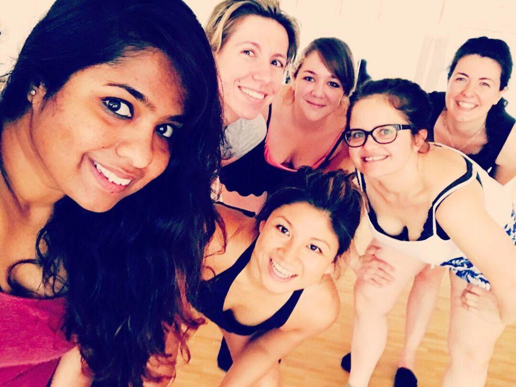 junge hübsche glückliche Frauen in einem Gruppenselfie