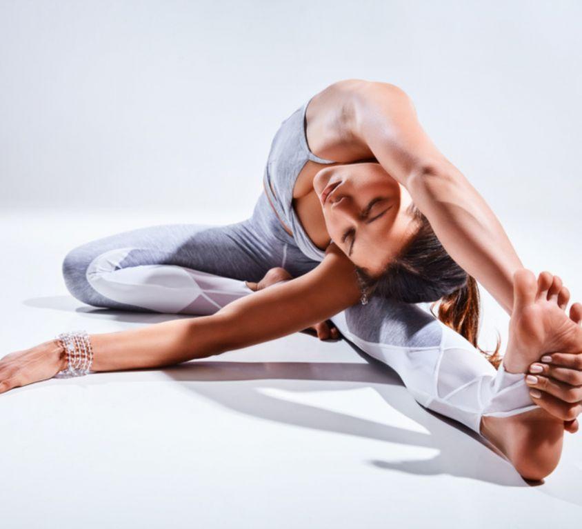 Junge Frau machte Yoga Dehnübung