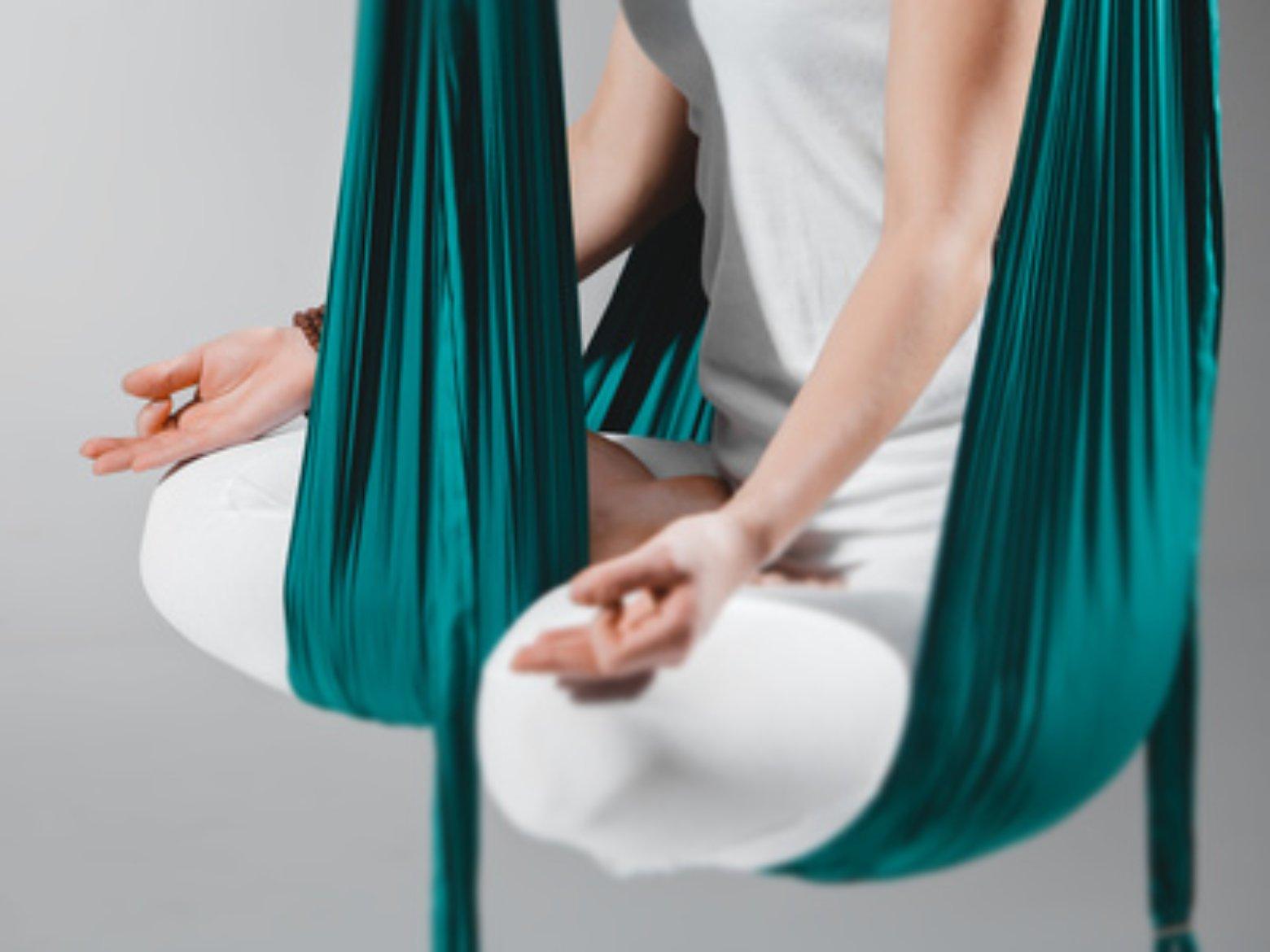 Aerial Yoga CloseUp Schneidersitzes im Aerial Hammock Tuch